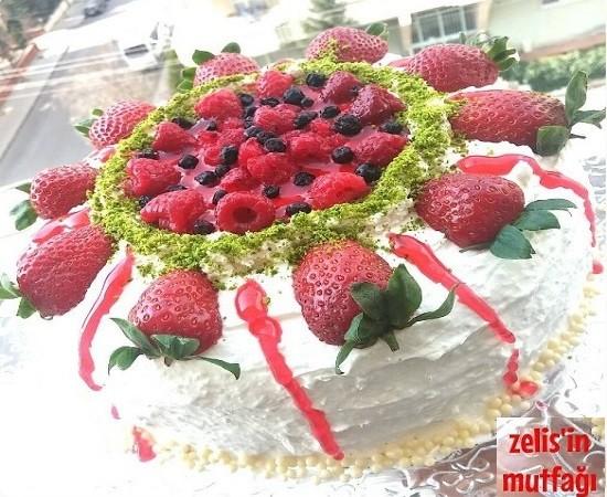 Meyveli ve Parça Çikolatalı Yaş Pasta